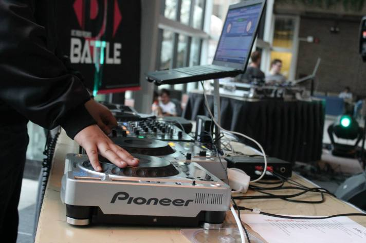 UIC Radio Mobile DJ