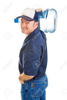 3459957-Bello-amichevole-acqua-consegna-l-uomo-che-porta-una-brocca-5-gallone-sulla-sua-spalla-Isolati-su-bi-Archivio-Fotografico